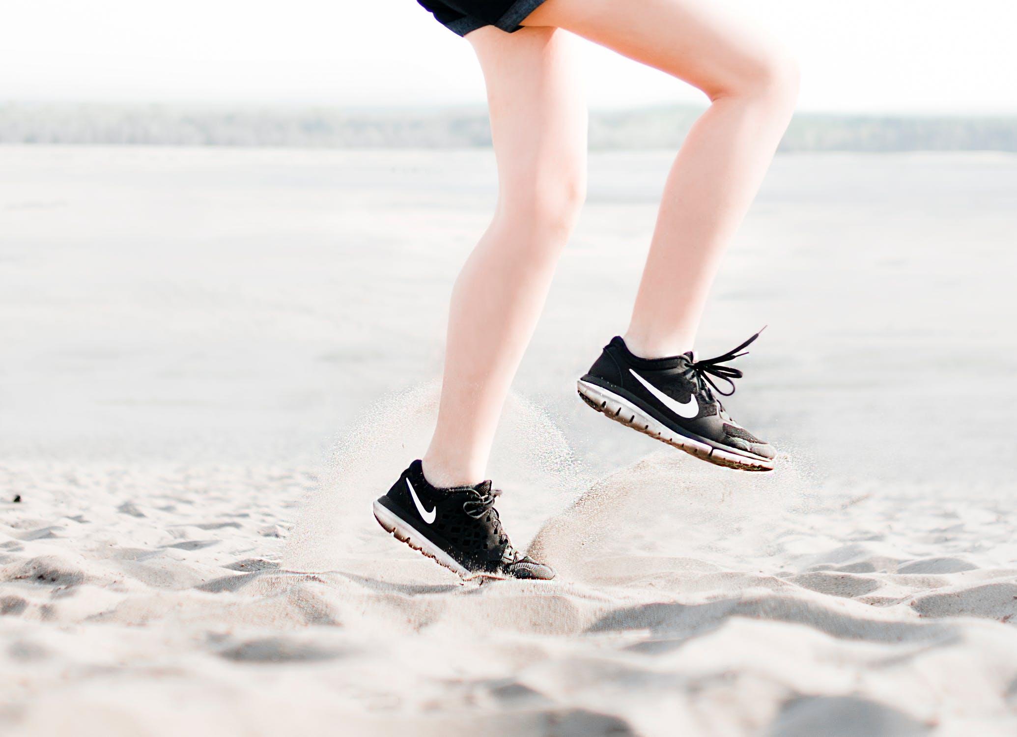 נעלי ספורט לנשים: מה חשוב לקחת בחשבון?