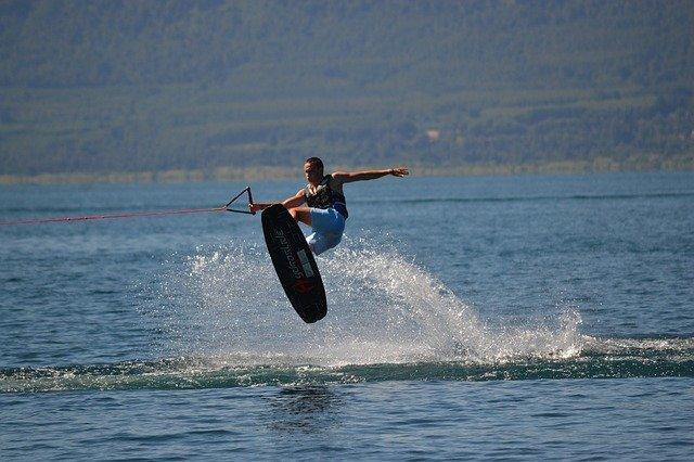 לימוד סקי מים עם מדריכים מנוסים בתחום